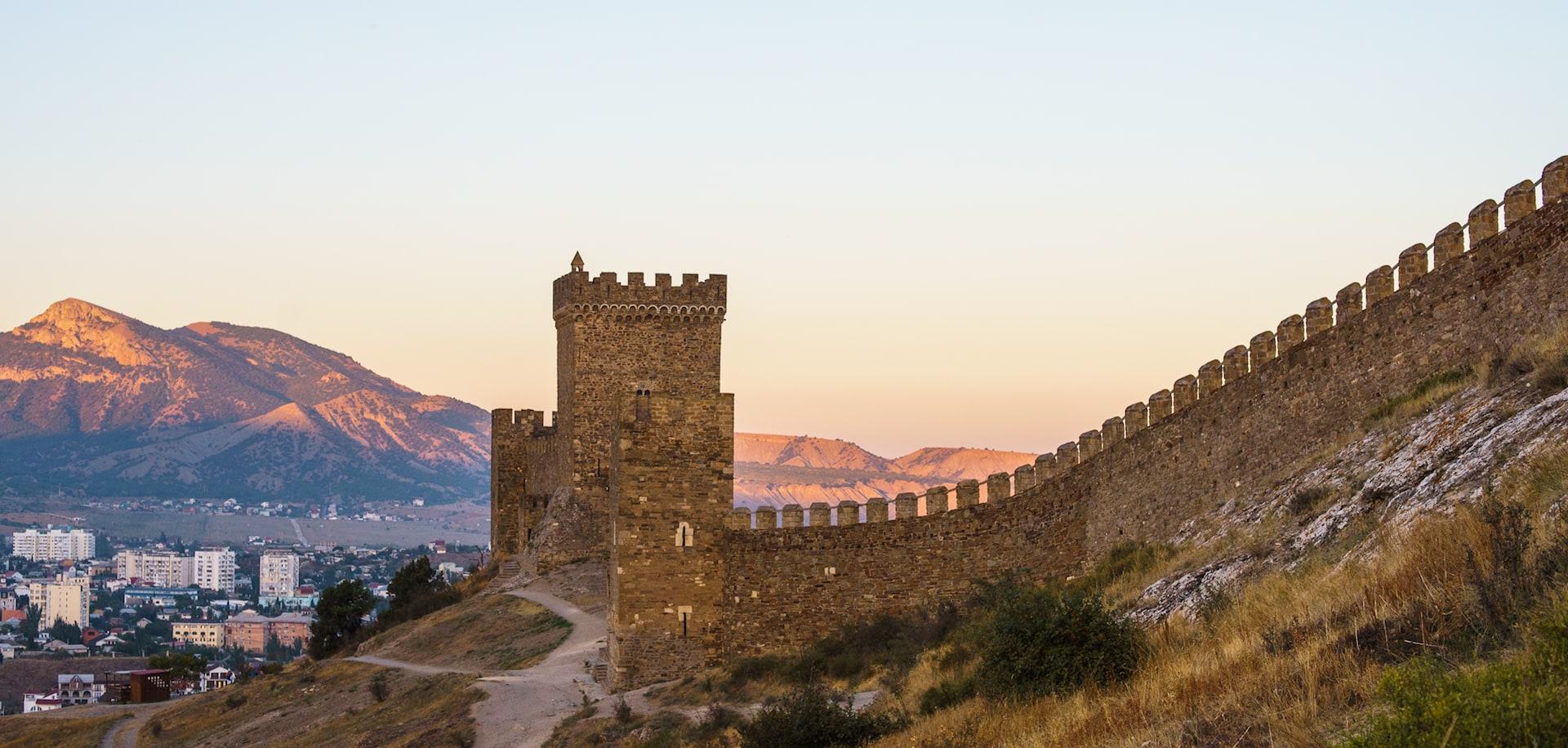 Башня и стена Генуэзской крепости