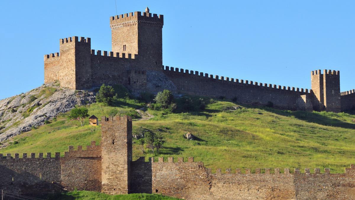 Генуэзская крепость на скале