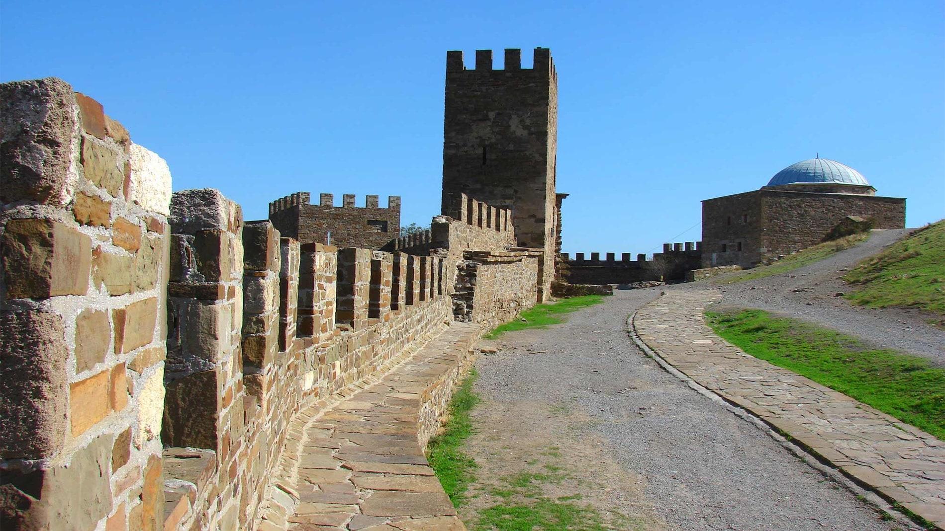 Внутри Генуэзской крепости
