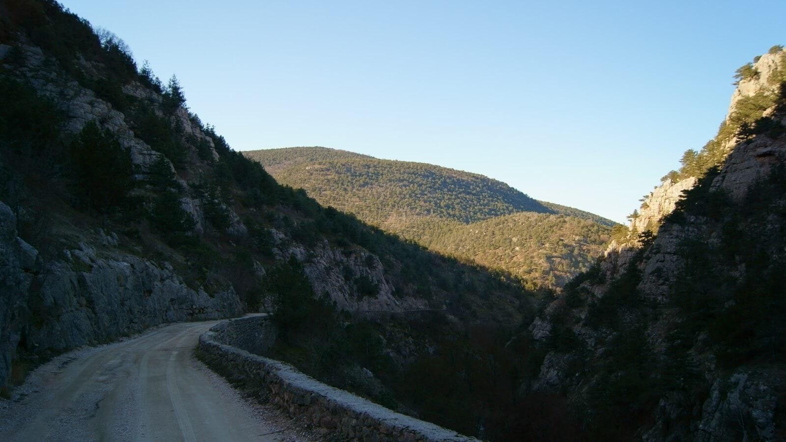 Дорога вдоль каньона Узунджа