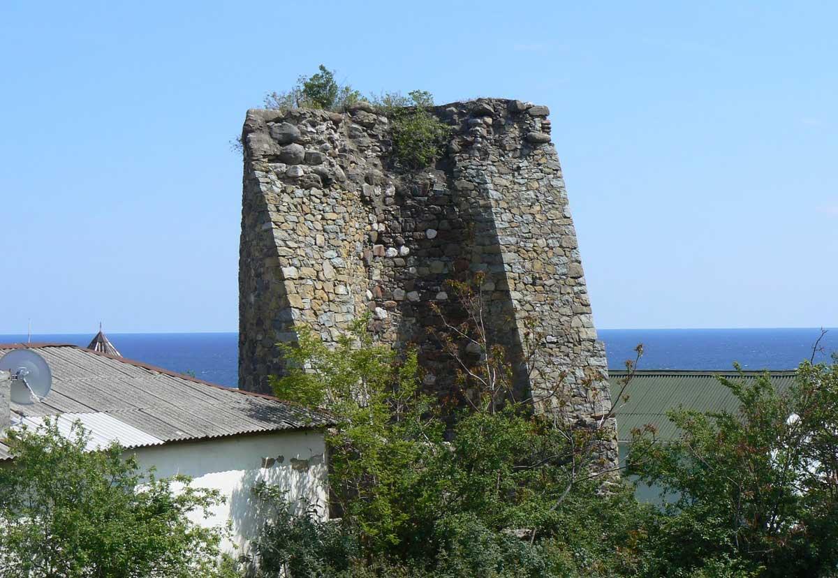 Остатки башни крепости Алустон в Алуште