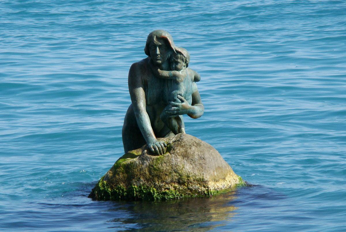 Памятник русалке крупным планом