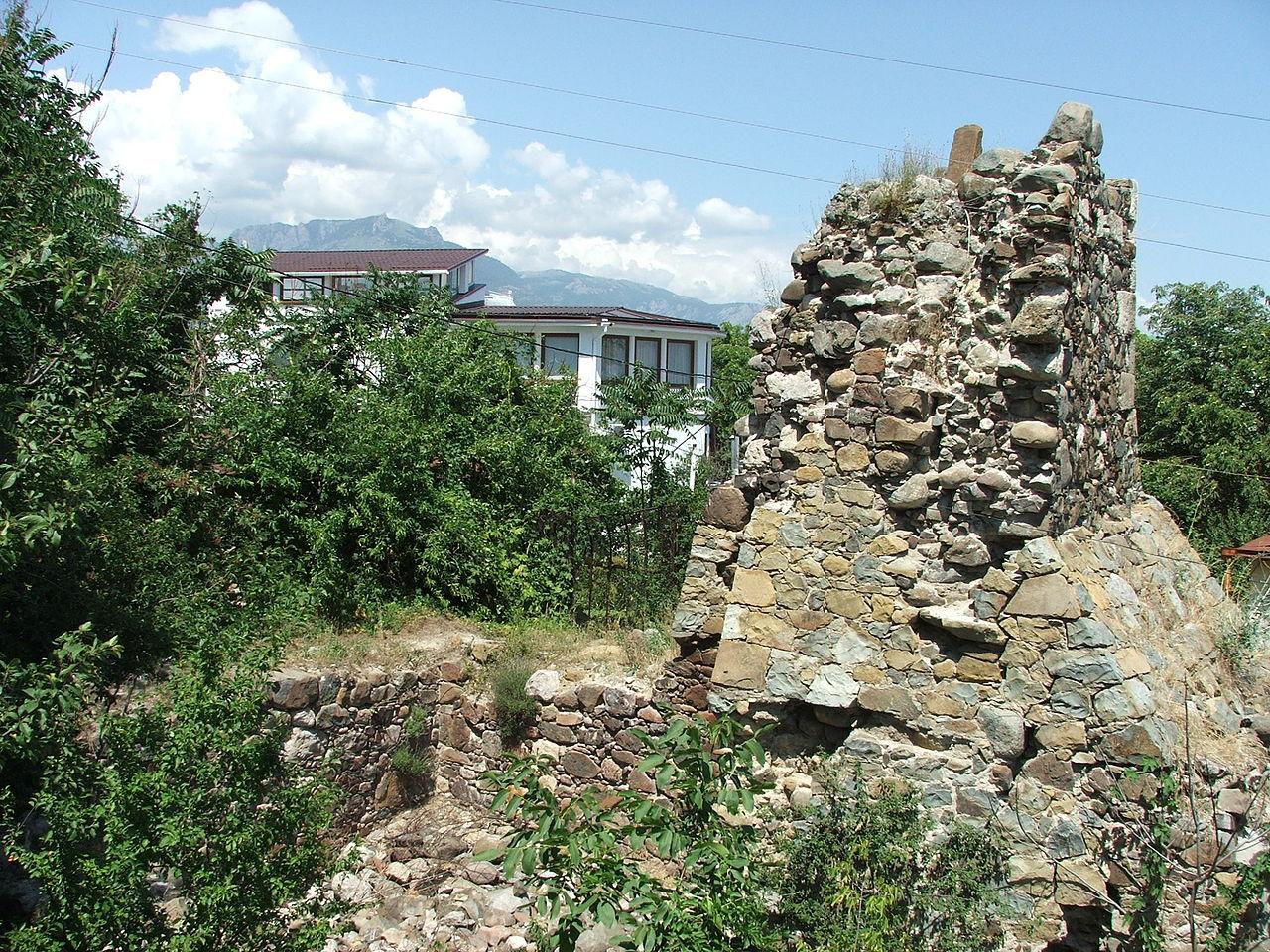 Руины крепости Алустон в городе