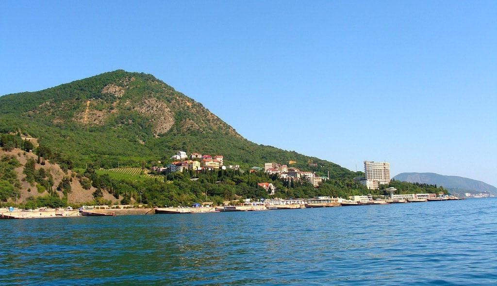 Вид с моря на гору Кастель