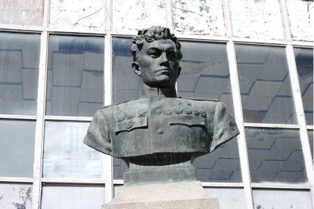 Памятник летчику Амет-Хан Султана